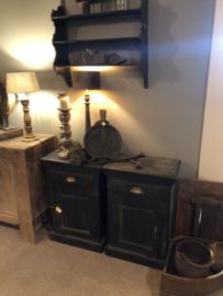 Set van 2 stoere zwarte houten landelijke nachtkastjes kastje kast ladenkast ladenkastje nachtkastjes ladekast nachtkastje nachtkastjes