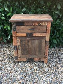 Stoer vergrijsd oud doorleefd houten kastje nachtkastje nachtkastjes landelijk stoer industrieel trolley vintage hout metaal