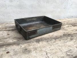 Heel stoer oud metalen dienblad tray met handvaten schaal bak metaal zink roest grijs landelijk industrieel