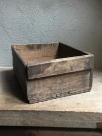 Stoer houten mand kratje landelijk kistje schaal bak la lade schuifla schuifbak landelijk stoer vergrijsd hout oud