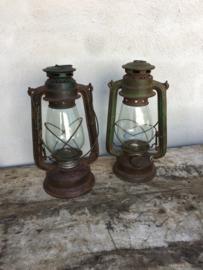 Brocante oude metalen olielamp olielampje stormlamp stormlampje landelijk groen khaki legergroen stoer kandelaar