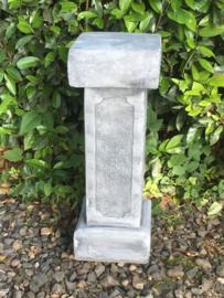 Hoge massief betonnen sokkel tuin buiten kolom grijs grijze zuil pilaar beton massief