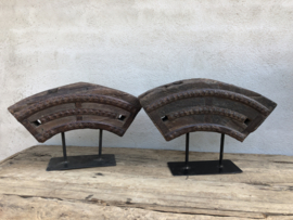 Oud houten wieldeel ornament op standaard decoratief landelijk robuust stoer industrieel naturel