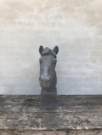 Betonnen paardekop paardenhoofd paard beton grijze grijs grey horse steen tuinbeeld