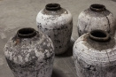 Oude vergrijsde kruik olijfkruik olijfpot olijfoliepot oude kalkresten vaas pot landelijk oud