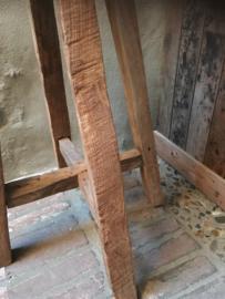 Stoere hoge oude houten boerenkruk barkruk sokkel zuil oud hout rond hoog zadelkruk wortel kruk krukje vergrijsd