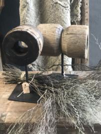 Oud doorleefd vergrijsd houten Wiel op standaard landelijk stoer industrieel