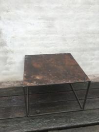 Gerecycled metalen tafel salontafel bijzettafel 60 x 60 cm landelijk industrieel vintage urban stoer grijsbruin metaal