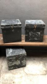 Oude metalen kist stoer zwart grijs wit metaal 40 x 40 x 40 cm  industrieel landelijk box