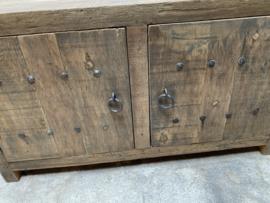 stoer houten kast kastje kast dressoir landelijk oud beslag ringen industrieel