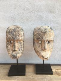 Sober vergrijsd houten ornament op statief gezicht masker patung landelijk stoer oud