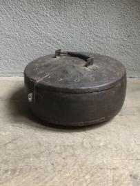 Oude metalen trommel koekblik landelijk stoer roestbruin metaal industrieel vintage oud