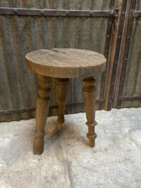 Oud houten tafeltje kruk bijzettafel bijzettafeltje oud hout doorleefd geleefd koffietafel landelijk stoer robuust