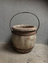 Oude houten ronde bak schaal olijfbak emmer rond landelijk stoer sober hout met oud beslag en hengsel