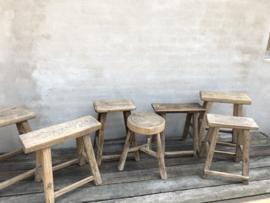 Stoere oude doorleefd houten kruk krukje naturel hout landelijk zadelkruk melkkruk krukje stoer industrieel bankje