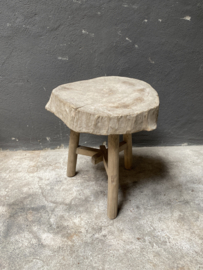 Oude vergrijsd houten stronk boomstam kruk tafel tafeltje krukje bijzettafel landelijk stoer