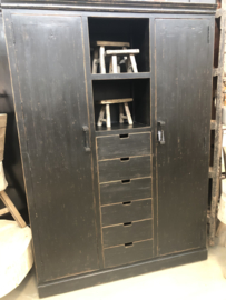 Prachtige grote zwarte houten kast voorraadkast wijnkast wijnrek flessen schappen servieskast landelijk stoer