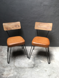 Stoer vintage landelijk industrieel hout metaal stoel stoelen stoeltje stoeltjes met bruin cognac leren zitting  metaal hout schoolstoel model landelijk industrieel