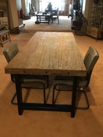 Stoere landelijke industriële tafel eettafel 220 x 95 cm bassano grof vergrijsd houten blad metalen onderstel poten industrieel stoer