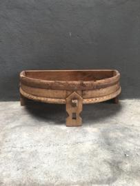 Stoer oud bruin houten tafeltje grinder ghatti offertafel half rond 80 cm rond landelijk vintage india