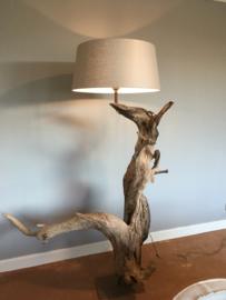 Mega grote lamp vloerlamp stronk vergrijsd oud hout inclusief kap drijfhout driftwood landelijk stoer eye-catcher uniek item