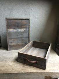 vergrijsd houten kist middel bak mand opberg bakken mand hout met metalen handvaten oud old look landelijk stoer