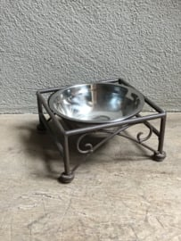 Smeedijzeren voerbak klein drinkbak waterbak hondenbak poezenbak hond poes hondenvoerbak voerbakjes waterbakje hond kat landelijk brocant gietijzer bruin metaal