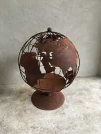 Imposante metalen wereldbol 60 cm tuinornament beeld tuinbeeld vuurschaal vuurkorf korf globe tuindecoratie tuin tuinhaard tuinkachel vuurplaats roest metaal staal