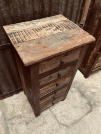 Oud vergrijsd houten ladekastje ladenkastje  landelijk vergrijsd lades laatjes industrieel metalen greepje beslag