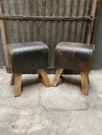 Vintage kruk met stoere geruwd ruw leren zitting gym bok kruk krukje stoel gymbok landelijk industrieel geruwd ruw bruin leer hout