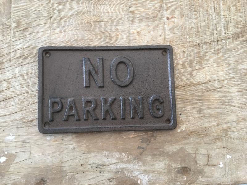 Gietijzeren tekstbord no parking niet parkeren industrieel landelijk brocant bruin roestbruin