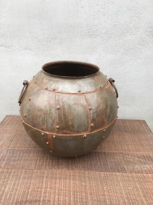Grote metalen kruik pot vaas ketel landelijk stoer studs groot industrieel metaal bak