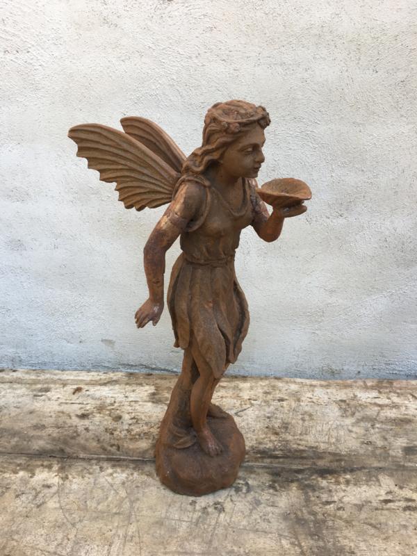Gietijzeren engel elf elfje gietijzer roest landelijk brocant tuinbeeld blaasengel herdekkingsbeeld tuinornament tuinornamenten vijver beeldje beeld engeltje