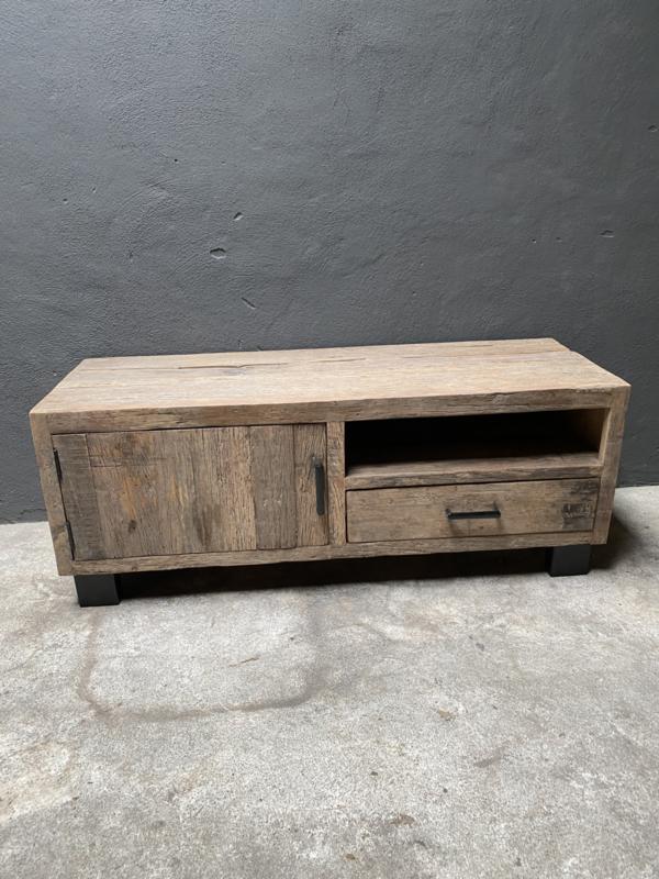 Stoer oud truckwood tv meubel dressoir wandmeubel ladekast urban televisie kast audio landelijk stoer industrieel vintage met zwart metalen pootjes en grepen