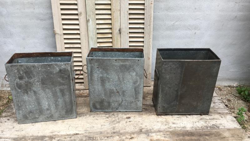 Grote metalen metaal ijzeren zinken bak zink pot vaas prullenbak bloembak paraplubak landelijk industrieel brocant stoer vintage