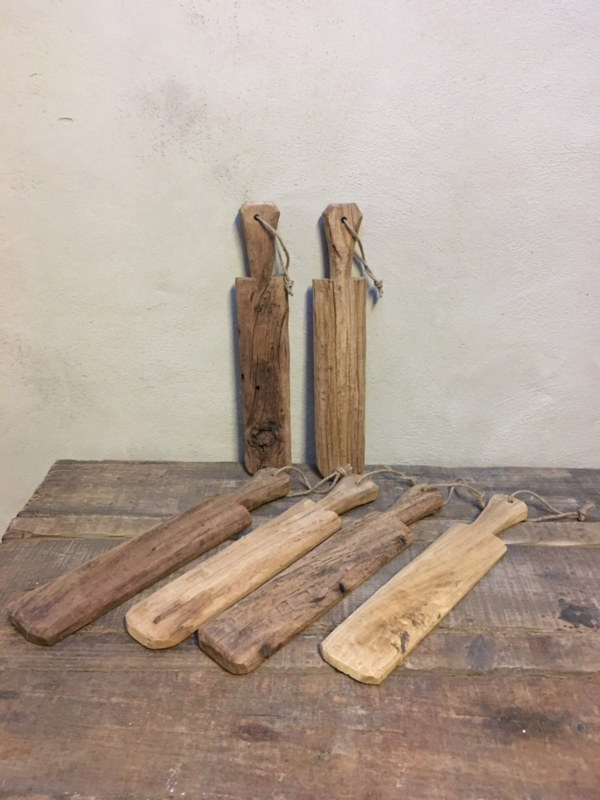 Oud doorleefd houten plankje wasklopper plank aan grof jute touw koord landelijk stoer robuust