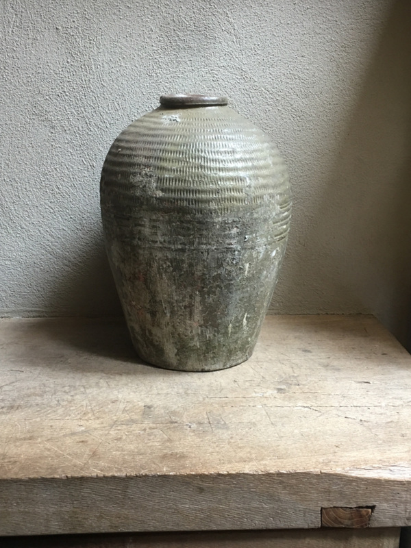 Oude grote kruik olijfkruik olijfpot olijfoliepot oude vaas pot khaki legergroen landelijk oud
