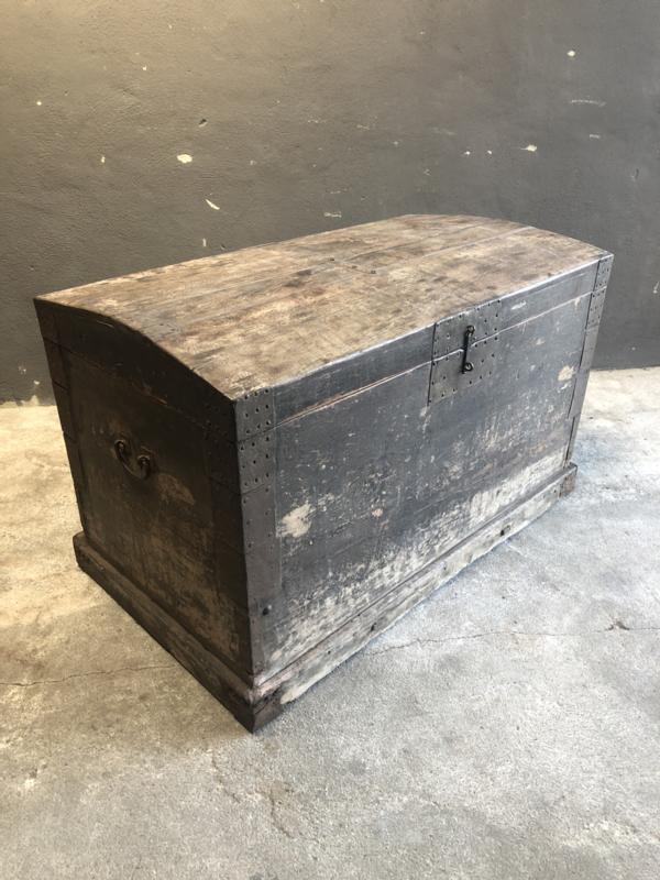 Prachtige enorme grote originele oude vergrijsd houten kist dekenkist landelijk industrieel grijs zwart met oud metalen beslag