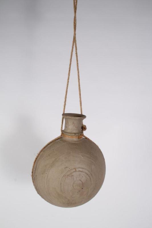 Stoere grijze stenen kleipot pot kruik waterkruik M aan grof jute touw landelijk stoer sober oud