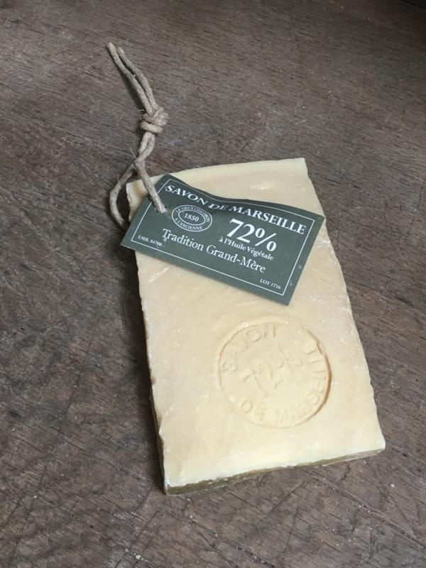 Stuk plak ruwe savon de Marseille zeep met stempel aan grof jute koord touw 250 gram