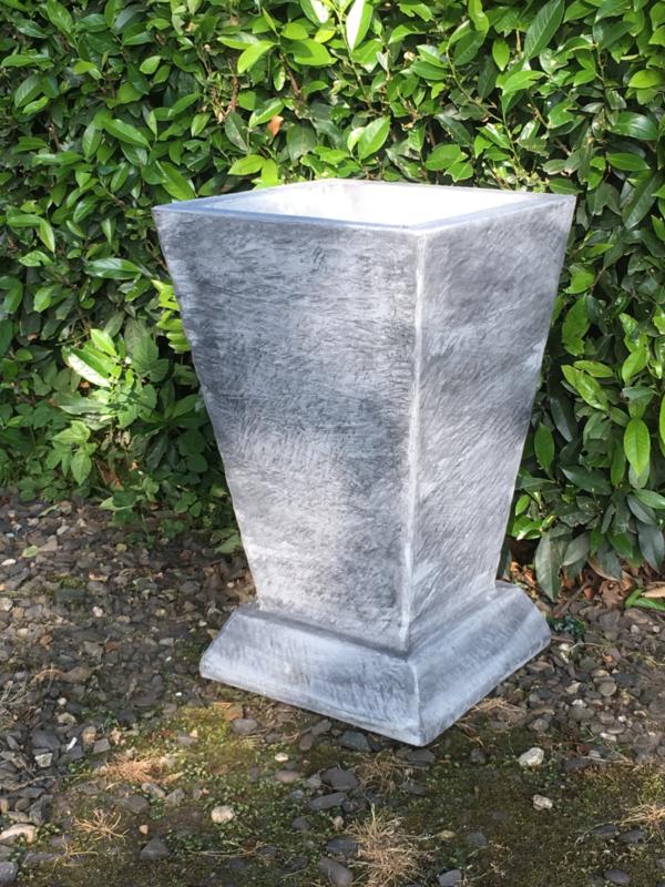 Strakke betonnen vaas tuinvaas middel bloembak bloempot beton grijs landelijk strak modern eenvoudige rechte bak