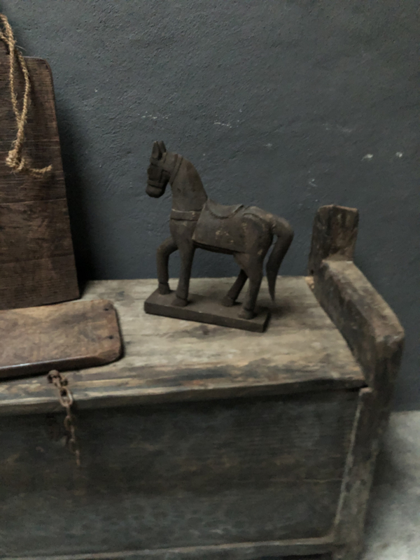 Vergrijsd oud houten paardje paard hobbelpaard hobbelpaardje horse pferd landelijk landelijke stijl stoer sober donker