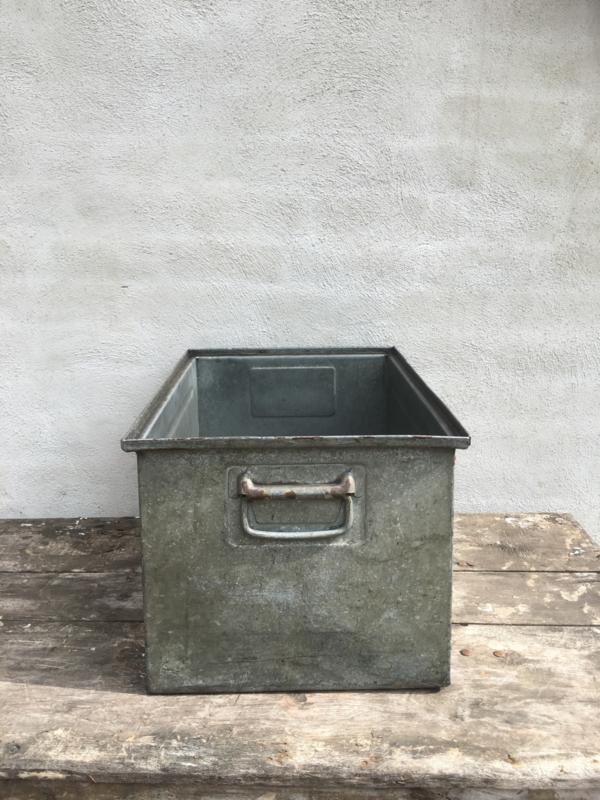 Oud metalen bak stapelbaar stapelbare la lade trap zink zinken industriële schaal kratje krat mand landelijk vintage