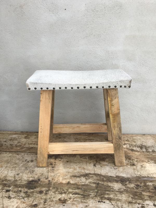 Stoere houten kruk met grijs grijze lichtgrijs leren leer huid koeienhuid zitting landelijk vacht