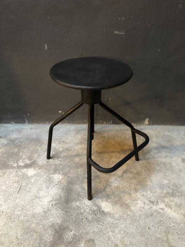 Metalen kruk krukje medium met voetsteun verstelbaar industrieel bruin zwart donkerbruin landelijk stoer vintage metaal rond