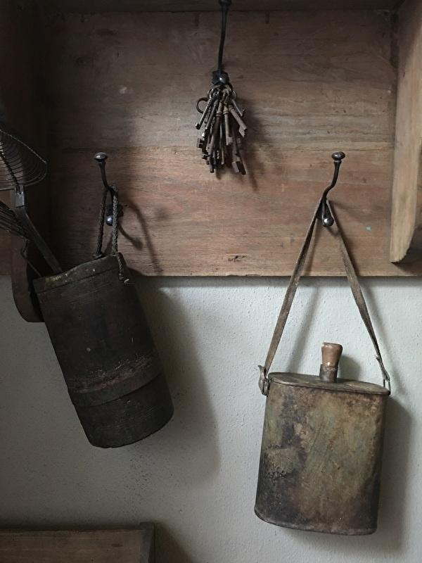 Oude metalen veldfles veldkan bottle fles klein industrieel brocant vintage urban oud decoratie landelijk stoer