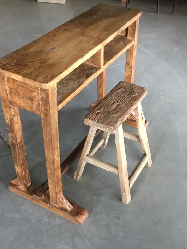 Stoer oud houten schoolbankje buro bureau lessenaar Sidetable landelijk sober stoer oud hout laptop computer tafel bankje
