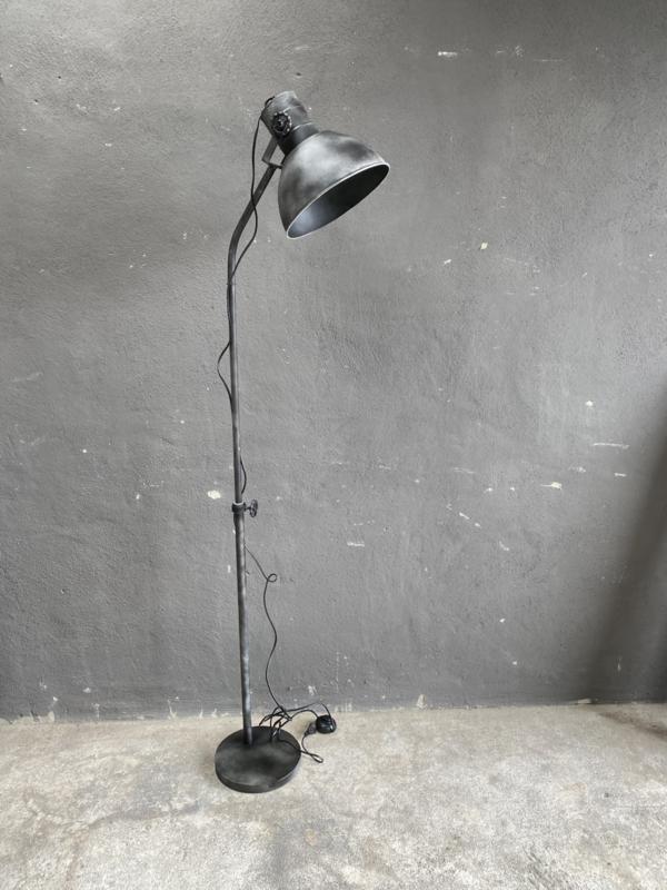 Stoere vloerlamp staande lamp zink  industrieel landelijk antraciet mat zwart old look zwartgrijs vaalzwart staande lamp leeslamp