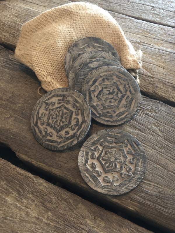 6 stuks vergrijsd houten onderzetters 10 cm grijs grijze in jute zakje kado-tip kanootje cadeau cadeautje landelijk