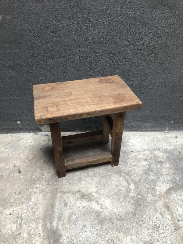 Oud houten opstapje krukje landelijk stoer robuust